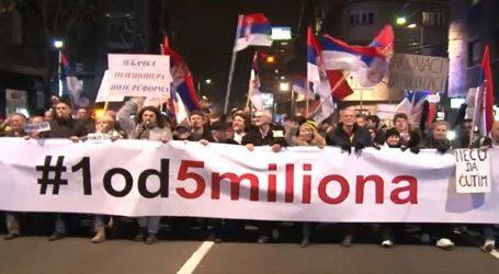 Χιλιάδες άνθρωποι αψήφησαν το ψύχος και διαδήλωσαν κατά του Βούτσιτς