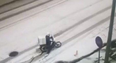 Viral η «μάχη» ενός ντιλιβερά στη Θεσσαλονίκη να κάνει παράδοση στα χιόνια