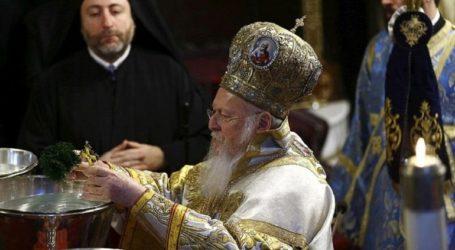 Ο αγιασμός των υδάτων από τον Οικουμενικό Πατριάρχη Βαρθολομαίο στον Κεράτειο κόλπο στο Φανάρι