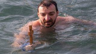 Ένας 35χρονος έπιασε πρώτος τον Σταυρό βουτώντας στον Θερμαϊκό
