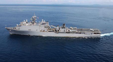 Ρωσικό πολεμικό πλοίο παρακολουθεί το αμερικανικό USS Fort McHenry στην Μαύρη Θάλασσα