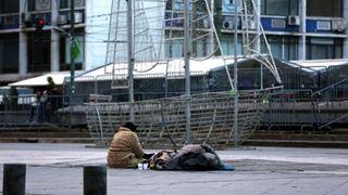 Βοήθεια σε αστέγους στους παγωμένους δρόμους της Αθήνας