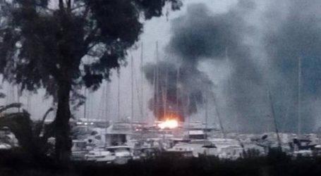 Υπό μερικό έλεγχο η φωτιά που εκδηλώθηκε σε δύο ανελκυσμένα σκάφη στο λιμάνι