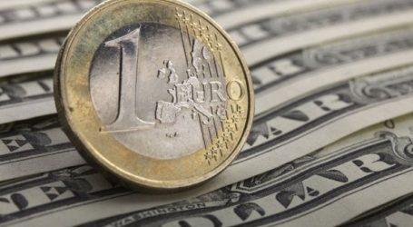 Το ευρώ υποχωρεί οριακά 0,05% στα 1,1458 δολάρια