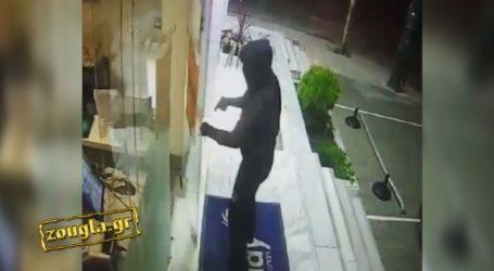 Χτύπησε την πόρτα με την κάννη του όπλου, του άνοιξαν και τους λήστεψε