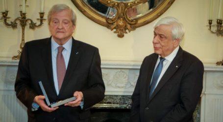 Το παράσημο του Ταξιάρχη του Τάγματος της Τιμής στον καθηγητή Gregory Nagy απένειμε ο Πρ. Παυλόπουλος