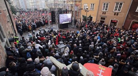 Χιλιάδες άνθρωποι στην κηδεία του δημάρχου του Γκντανσκ Π. Αντάμοβιτς