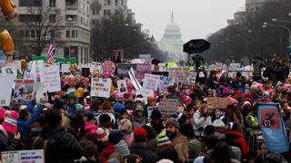 Χιλιάδες διαδηλωτές στους δρόμους της χώρας για να υπερασπιστούν τα δικαιώματα των γυναικών