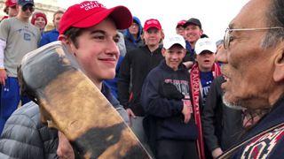 Μαθητές λυκείου, με καπέλα «MAGA» του συνθήματος Τραμπ, παρενοχλούν αυτόχθονα Αμερικανό βετεράνο πολέμου