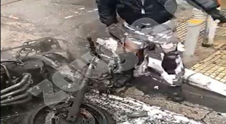 Κάηκε μηχανή στη συμβολή των οδών Σόλωνος και Ασκληπιού