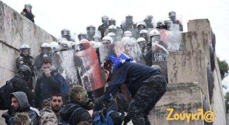Μάχη σώμα με σώμα διαδηλωτών με τα ΜΑΤ