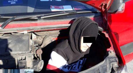 Έκρυψαν μετανάστη σε κινητήρα αυτοκινήτου!