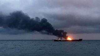 Είκοσι ναυτικοί φέρεται να έχασαν τη ζωή τους από την πυρκαγιά στον πορθμό του Κερτς