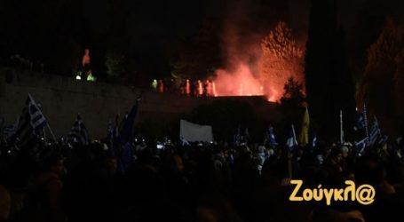 Επεισόδια μπροστά από τη Βουλή