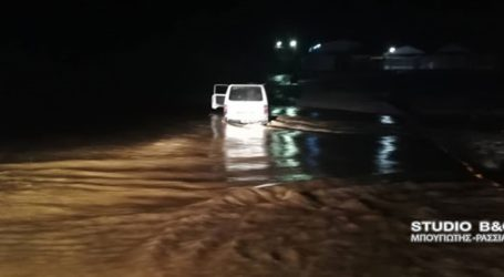 Επιχείρηση της πυροσβεστικής για εγκλωβισμένο οδηγό σε κοίτη ποταμού