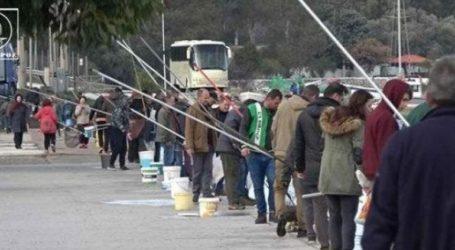 Ψαράδες μαζεύουν τις γαρίδες με τους κουβάδες
