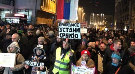 Την παραίτηση Βούτσιτς απαίτησαν χιλιάδες διαδηλωτές