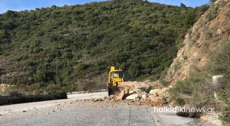 Απομακρύνθηκαν βράχοι από την επαρχιακή οδό Σιθωνίας