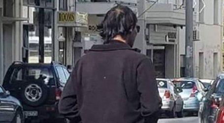 Άνδρας γυμνός από τη μέση και κάτω βολτάρει στο κέντρο της πόλης