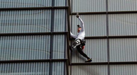 Συνελήφθη ξανά αφού σκαρφάλωσε σε ουρανοξύστη ο Γάλλος «σπάιντερμαν»