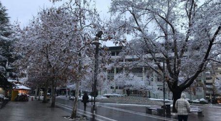 Άρχισε να χιονίζει και πάλι στην πόλη της Λάρισας