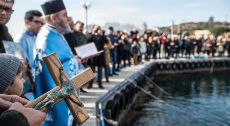 Επτά άτομα βούτηξαν για να πιάσουν τον σταυρό στην Κάτω Γατζέα [εικόνες]