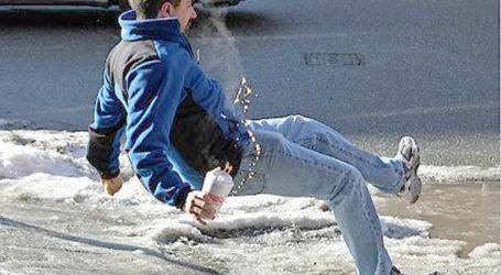 Συνεχόμενες κλήσεις στο ΕΚΑΒ στη Λάρισα για πτώσεις πεζών από τους παγωμένους δρόμους