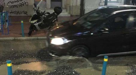 Δραματική η κατάσταση στην Μανδηλαρά στη Λάρισα – Η καθίζηση είναι πιο έντονη και χαλίκια …εκτοξεύονται στις βιτρίνες των καταστημάτων  (φωτο – βίντεο)