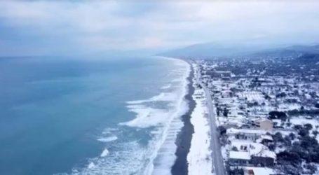 Εντυπωσιακό video με drone: Δείτε από ψηλά τα χιονισμένα παράλια της Λάρισας