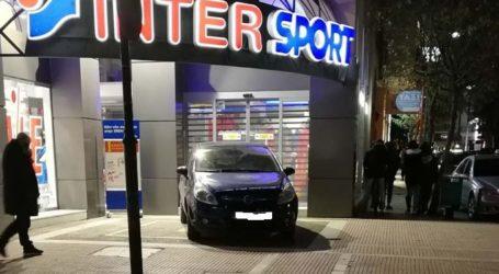 Έχουμε ξεφύγει τελείως στη Λάρισα – Λίγο έλειψε να το παρκάρει μέσα στο κατάστημα…