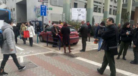 Ξηλώνει πινακίδες στο κέντρο της Λάρισας η δημοτική αστυνομία (φωτό)