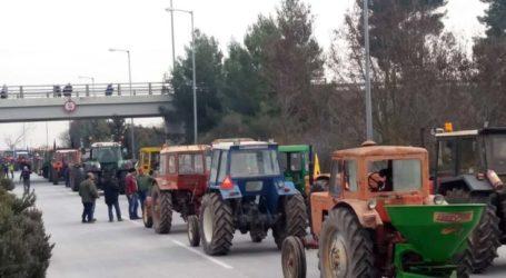 Έφθασαν στη Νίκαια τα πρώτα τρακτέρ – Πάνω από 500 περιμένουν οι αγροτοσυνδικαλιστές την πρώτη ημέρα