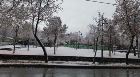 Με θερμοκρασία κοντά στο μηδέν και λίγο χιόνι ξεκίνησε η Παρασκευή για τη Λάρισα