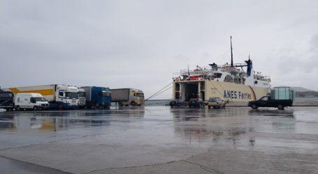 Δεμένα τα πλοία στο λιμάνι του Βόλου λόγω… «Ωκεανίδος»