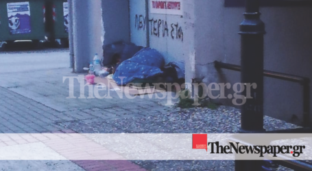 Άστεγος και μόνος στον παγωμένο Βόλο – Εικόνα «γροθιά στο στομάχι»