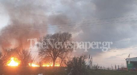 Φόβος για έκρηξη στο εργοστάσιο που φλέγεται στη Λάρισα – Υπάρχουν μέσα φιάλες προπανίου