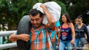 Την γέφυρα Σιμόν Μπολιβάρ ανάμεσα στη Βενεζουέλα και την Κολομβία περνούν οι άνθρωποι για να επιβιώσουν κάνοντας μικροεμπόριο