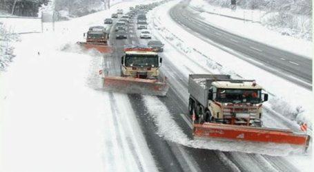 Εκατοντάδες οχήματα ακινητοποιημένα σε αυτοκινητόδρομο εξαιτίας του χιονιού