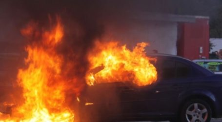 Παρανάλωμα του πυρός αυτοκίνητα σε υπαίθριο γκαράζ