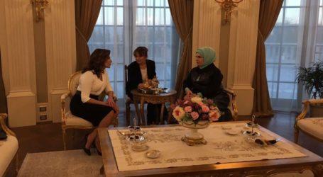 Τσάι στο σαράϊ του Tayip Bey για τις Εμινέ Ερντογάν και Μπέτυ Μπαζιάνα
