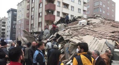 Σε τουλάχιστον έξι οι νεκροί από την κατάρρευση της πολυκατοικίας στην Κωνσταντινούπολη