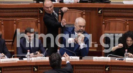 Επεισόδιο στην αλβανική Βουλή – Επίθεση με μελάνι δέχθηκε ο Ράμα