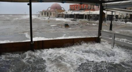 """H κακοκαιρία """"ξεσπά"""" στο Ενετικό Λιμάνι"""