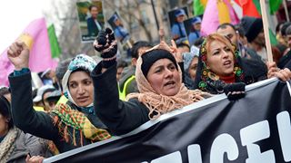 Χιλιάδες Κούρδοι διαδηλώνουν είκοσι χρόνια μετά τη σύλληψη του Οτσαλάν