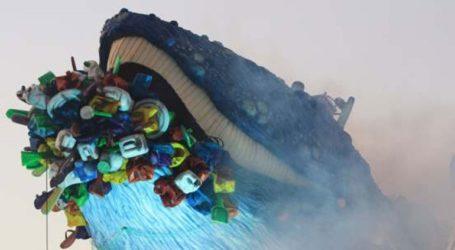 Το άρμα με την τεράστια φάλαινα που πνίγεται από πλαστικές σακούλες κλέβει τις εντυπώσεις