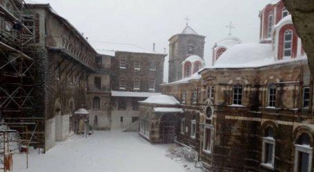 Μαγευτικές εικόνες από το χιονισμένο Άγιο Όρος