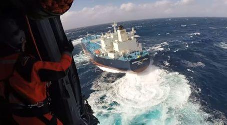 Εντυπωσιακές εικόνες από την επιχείρηση διάσωσης Έλληνα καπετάνιου