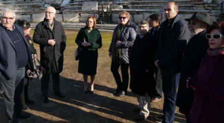 Στο αρχαίο θέατρο Λάρισας ξεναγήθηκε το πρωί της Κυριακής η υπουργός Πολιτισμού Μυρσίνη Ζορμπά (φωτο)