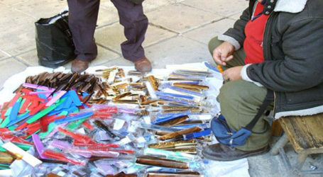 Το έβαλε στα πόδια για να αποφύγει τη σύλληψη και παράτησε 102 αντικείμενα στην παραλία του Βόλου