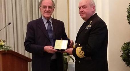 Τιμητική διάκριση στον αρχηγό Στόλου Στυλιανό Πετράκη από τον Γ. Σούρλα